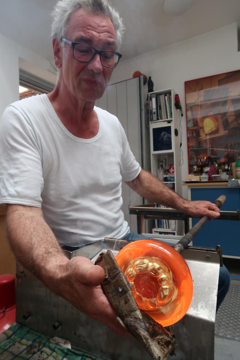 Abb 06 Heinz Fischer mit Mehrlochpfeife arbeitend